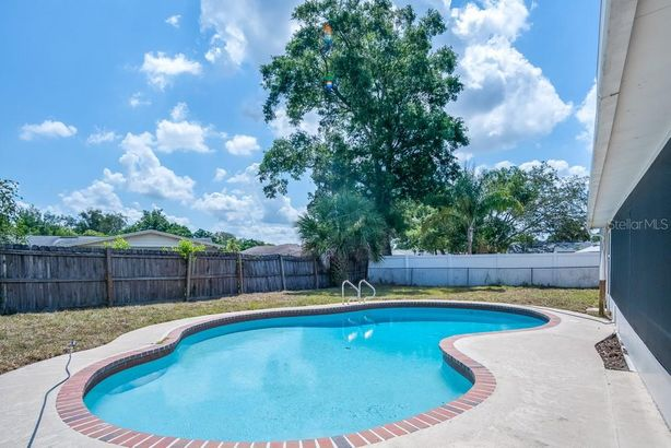 5 CARRIAGE HILL CIRCLE
