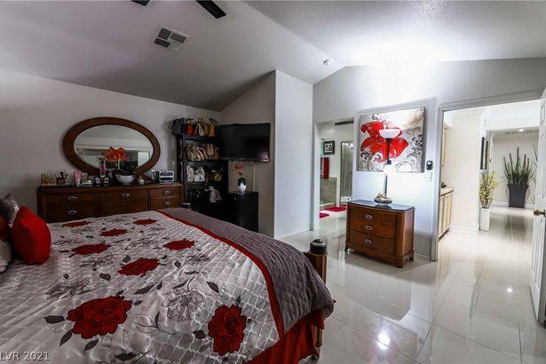 2905 Calmada Avenue