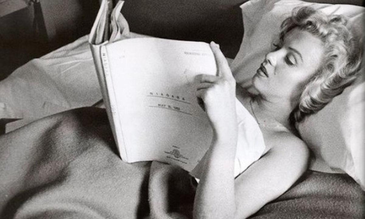 artistas en la cama