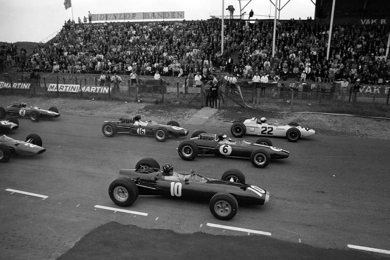 Polesitter Graham Hill, BRM P261 alongside Jim Clark, Lotus 33 Climax, and Richie Ginther, Honda RA272, at the start of the race.