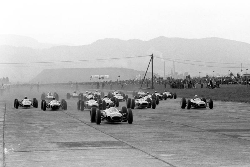 Dan Gurney (Brabham BT7) leads the field at the start.