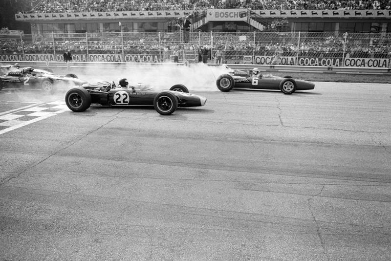 Ludovico Scarfiotti, Ferrari 312 leads Jim Clark, Lotus 43 BRM and Lorenzo Bandini, Ferrari 312 at the start.