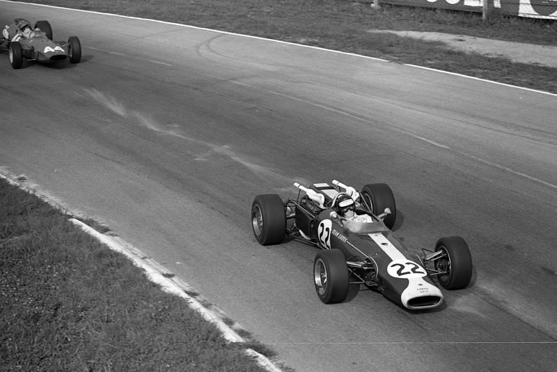 Jim Clark, Lotus 43 BRM leads Giancarlo Baghetti, Ferrari 246.