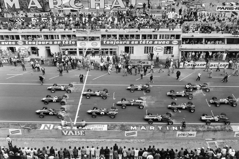 Graham Hill (#7, Lotus 49-Ford Cosworth), Jack Brabham (#3, Brabham BT24-Repco) and Dan Gurney (#9, Eagle T1G-Weslake) lead Jim Clark (#6, Lotus 49-Ford Cosworth), Bruce McLaren (#8, Eagle T1G-Weslake), Denny Hulme (#4, Brabham BT24-Repco), Chris Amon (#2, Ferrari 312), Jochen Rindt (#12, Cooper T81B-Maserati), Chris Irwin (#15, BRM P83), Jackie Stewart (#10, BRM P261), Jo Siffert (#18, Cooper T81-Maserati), Pedro Rodriguez (#14, Cooper T81-Maserati) and Mike Spence (#11, BRM P83) at the start.