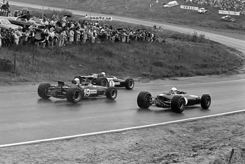 Jack Brabham, Brabham BT24 Repco, leads Mike Fisher, Lotus 33 BRM, and Bruce McLaren, McLaren M5A BRM.