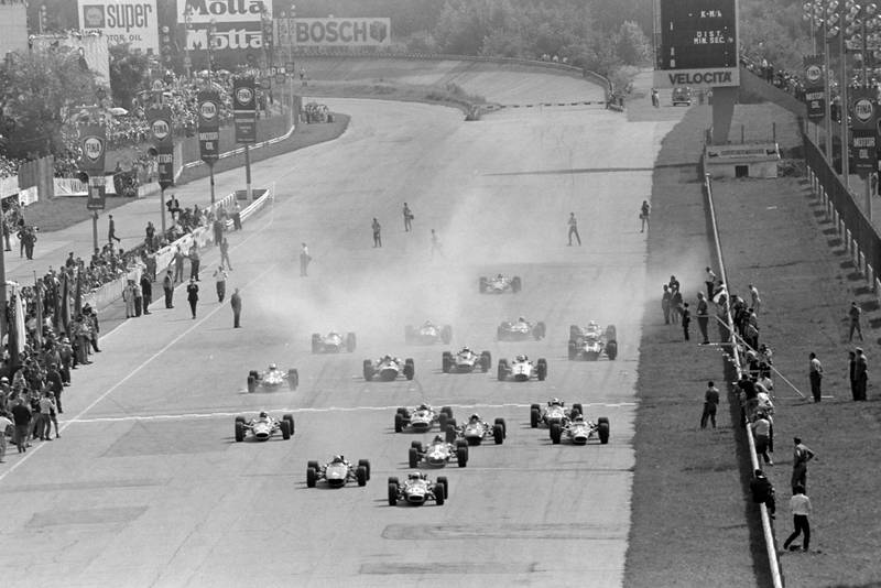 Jack Brabham, Brabham BT24 Repco, leads Bruce McLaren, McLaren M5A BRM, Dan Gurney, Eagle T1G Weslake, and the rest of the field at the start of the race.