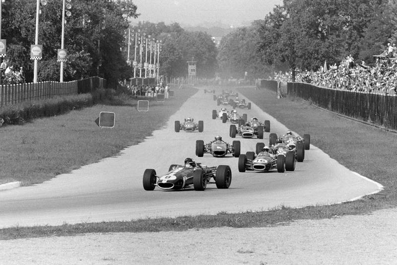 Dan Gurney, Eagle T1G Weslake, leads Jack Brabham, Brabham BT24 Repco, Graham Hill, Lotus 49 Ford, Bruce McLaren, McLaren M5A BRM, Jim Clark, Lotus 49 Ford, and the rest of the field on the opening lap.Dan Gurney, Eagle T1G Weslake, leads Jack Brabham, Brabham BT24 Repco, Graham Hill, Lotus 49 Ford, Bruce McLaren, McLaren M5A BRM, Jim Clark, Lotus 49 Ford, and the rest of the field on the opening lap.