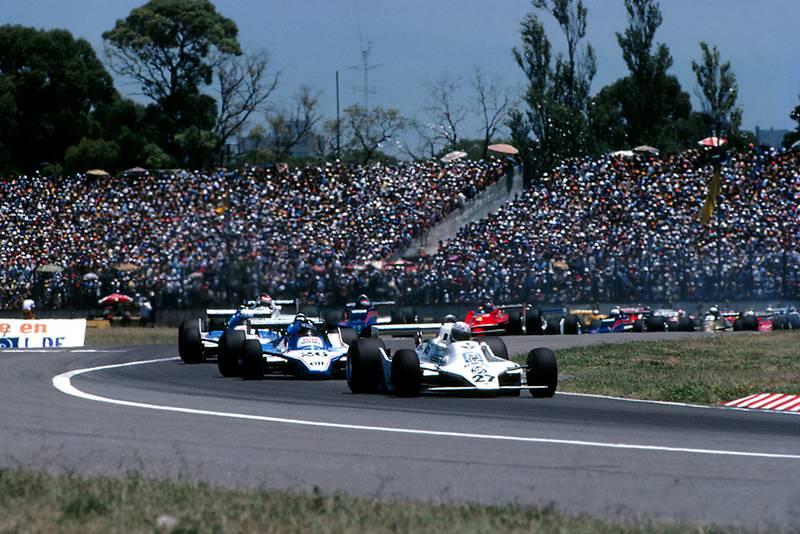 Eventual race winner Alan Jones, Williams FW07, leads at the start of the race.
