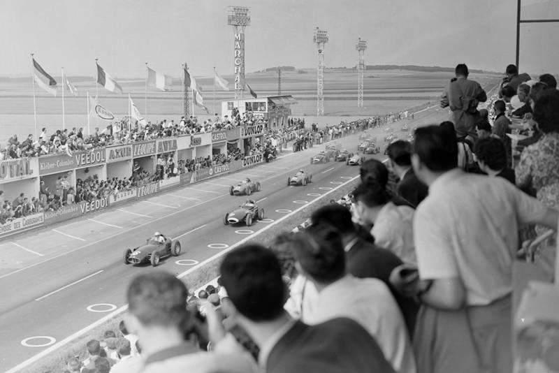 Harry Schell (BRM P25), Tony Brooks (Vanwall) Mike Hawthorn (Ferrari 246) and Luigi Musso, (Ferrari 246) at the start of the race.
