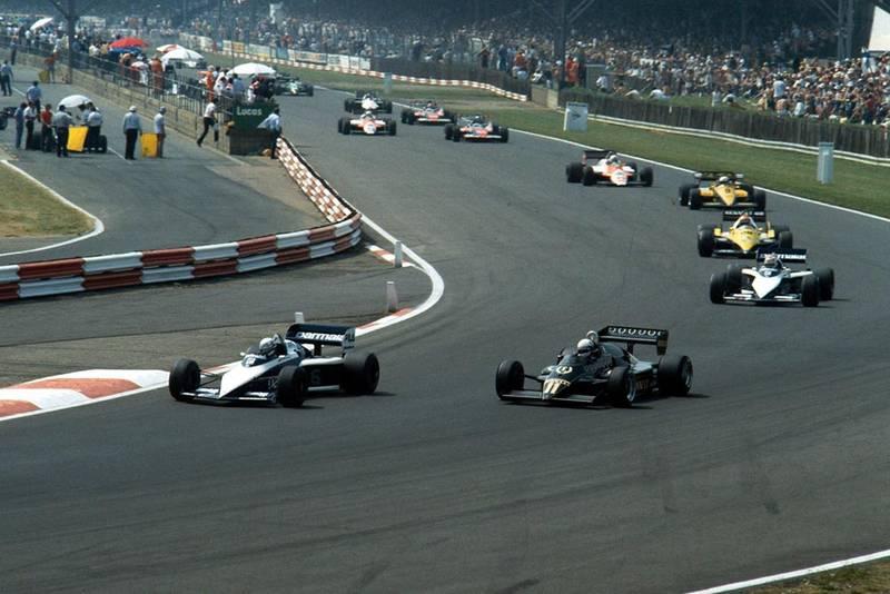 The Brabham of Riccardo Patrese, followed by the Lotus of Elio de Angelis.