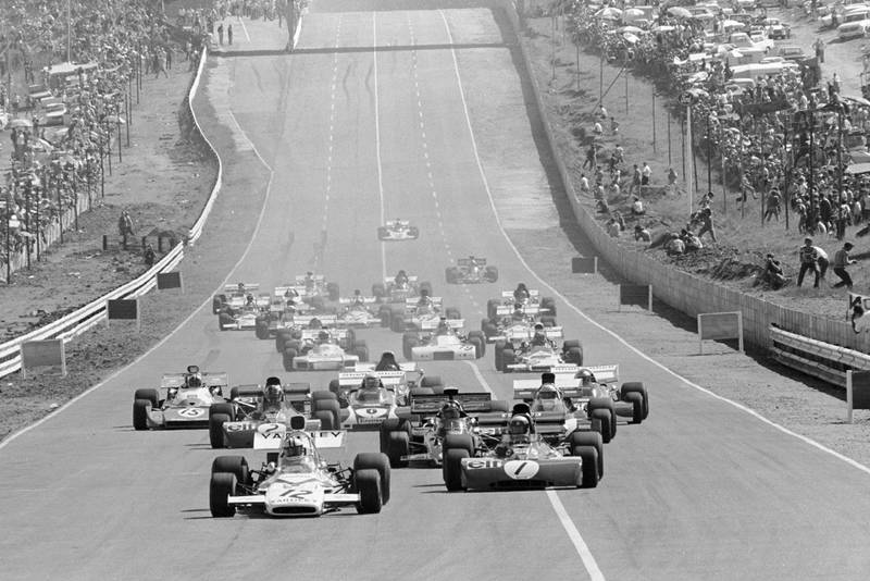 Cars pull away at the 1972 South African Grand Prix gets underway.