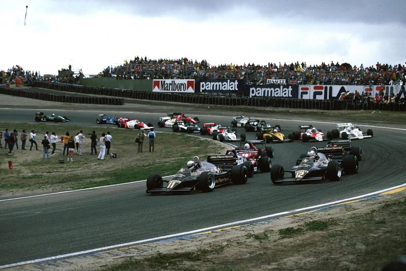 The Lotuses of Mansell and de Angelis lead the pack at the start.