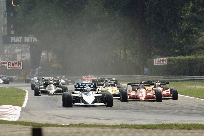 Riccardo Patrese (Brabham BT52B BMW) leads the rest of the field at the start.