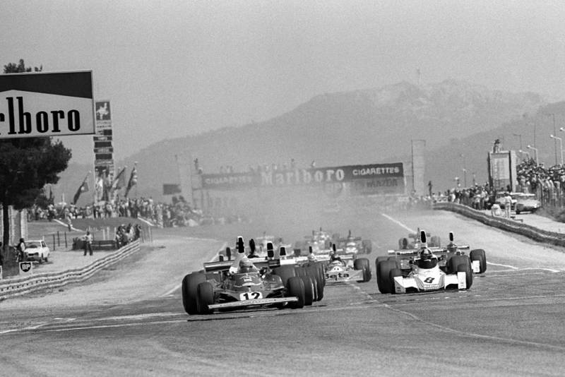 The field heads down to the first corner at the 1975 French Grand Prix, Paul Ricard.