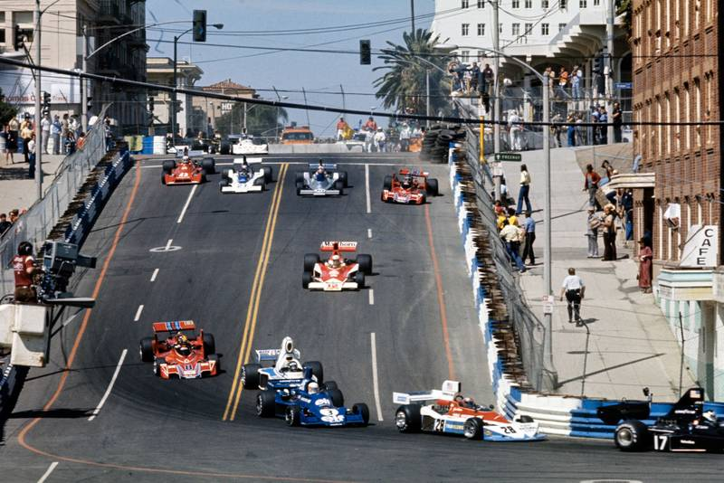 The field floods down the hill at the 1976 United States Grand Prix West, Long Beach.