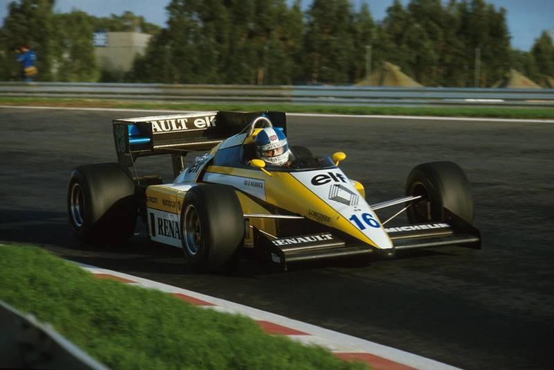 Derek Warwickin his Renault RE50.