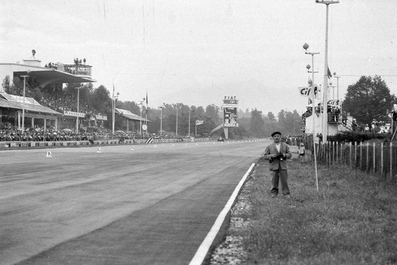 A spectator stands next to the pit straight