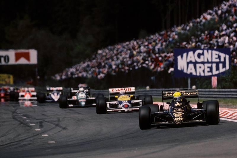 Ayrton Senna (Lotus 98T) leads the field into Kemmel.