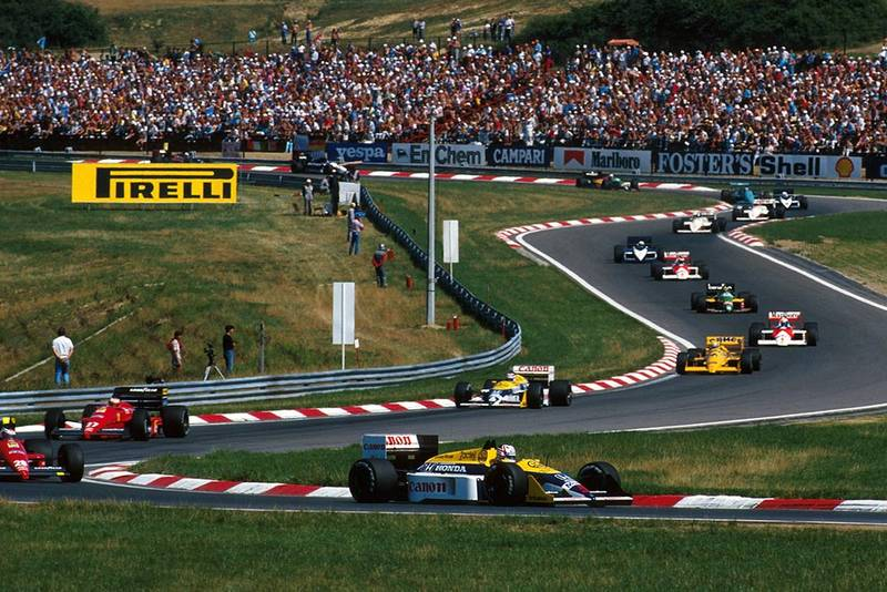 Nigel Mansell, Williams FW11B, leads the field away on lap 1.