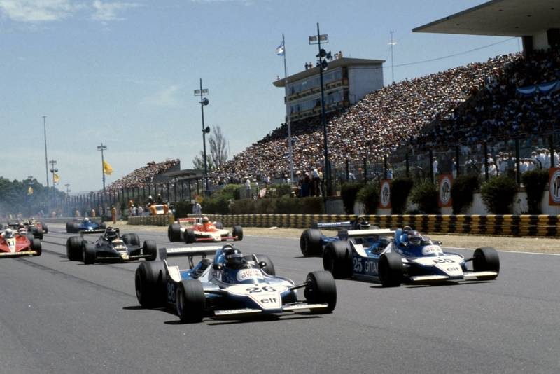 The two Ligiers of Laffite (left) and Depailler (right) lead the grid at the start of the 1979 Argentine Grand Prix, Buenos Aires.
