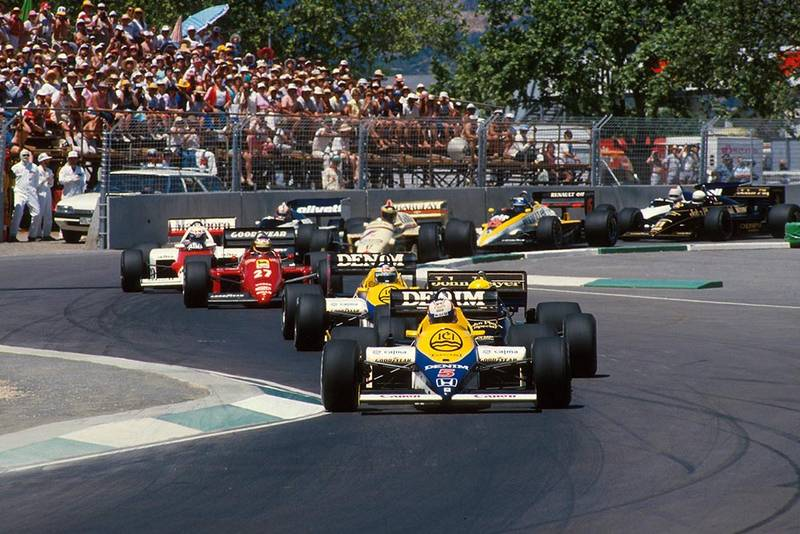 Nigel Mansell, Williams FW10, leads the field at the start of the race.