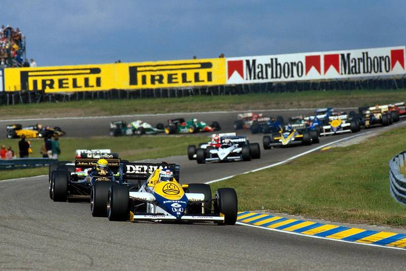 Keke Rosberg (Williams FW10) leads the field at the start of the race.