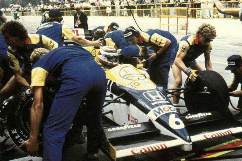 Nelson Piquet during a pit stop at the 1986 Mexican Grand Prix