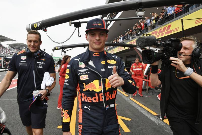 Max Verstappen gioves a thumbs up after qualifying for the 2019 F1 Mexican Grand Prix before being stripped of pole