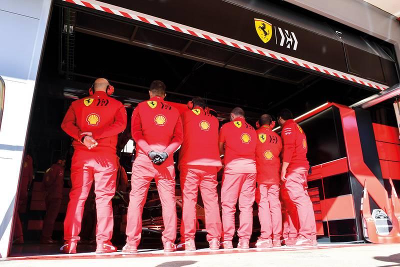 Ferrari SF1000 pit garage mechanics
