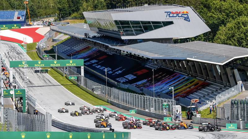 Valtteri Bottas leads into the first corner at the start of the 2020 Austrian Grand Prix