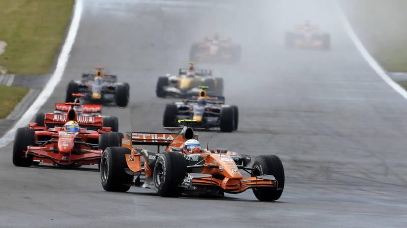 Markus Winkelhock leads in a Spyker ahead of Felipe Massa at the 2007 European F1 Grand Prix at the Nurburgring