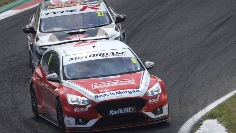 Rory Butcher leads Dan Cammish during the 2020 Brands Hatch GP BTCC meeting