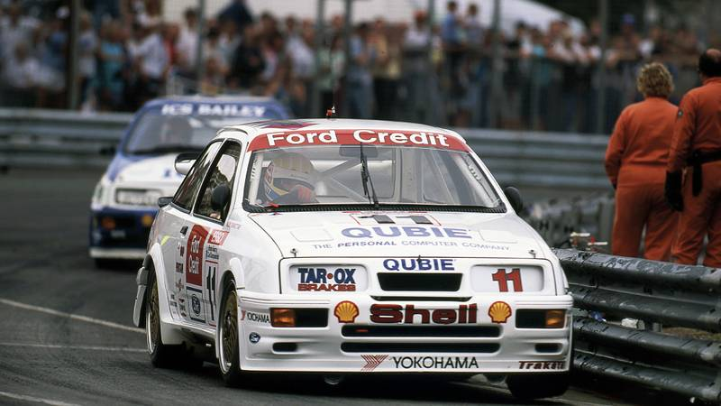 Rob Gravett in his Trakstar Cosworth RS500 leading Andy Rouse in the 1990 Birmingham Superprix